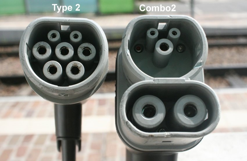 Type-2-plug-on-the-left-next-to-the-plug-right-Type-2-CCS-Type-2-combo-Combo-2.png