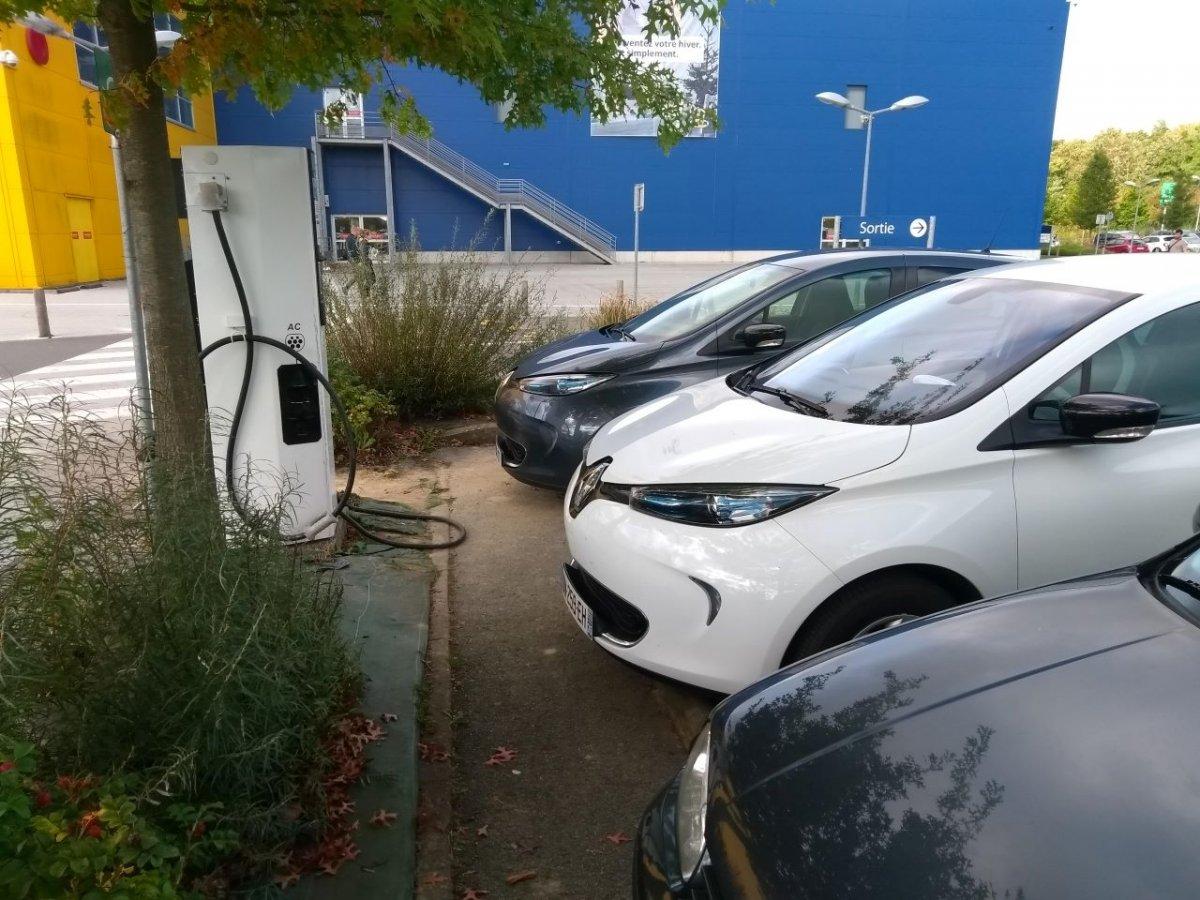 Un automobiliste sur une place de recharge II - Page 9 711168167_Ikeazorennes121019.jpg.d8df625dd1f75ec981cb322172af0055