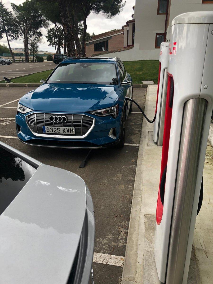 Un automobiliste sur une place de recharge II - Page 9 EIZOM5uWoAEvrvC.jpeg.7454c0b515053195bdce27a5ba319063