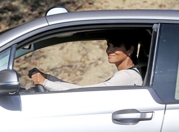 halle-berry-drives-a-bmw-i3-for-new-sci-fi-tv-show_3.jpg