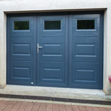 porte-de-garage-battante-acier-tradition-performance-bleu-cassettes-hublots-dijon.jpg